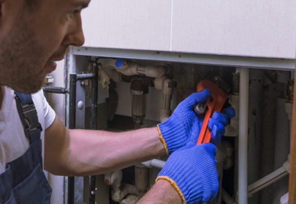 Τεχνικός επισκευάζει καυστήρα