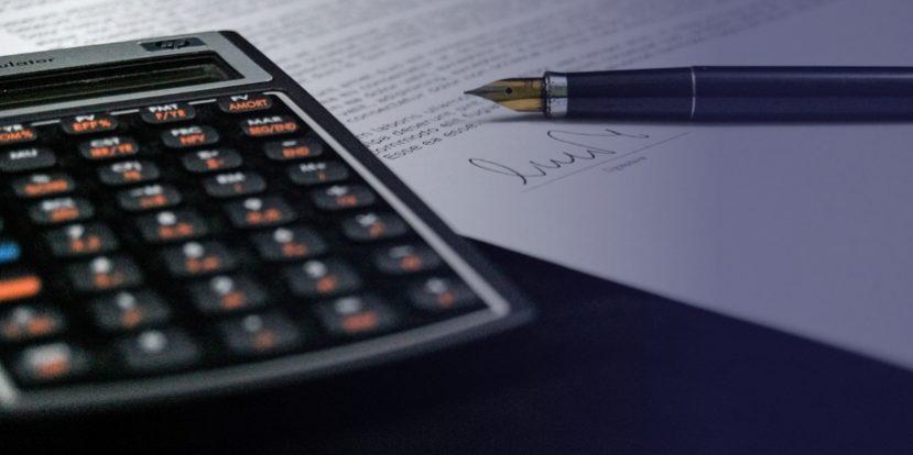 Μαθηματικό κομπιουτεράκι και πένα πάνω σε έγγραφο
