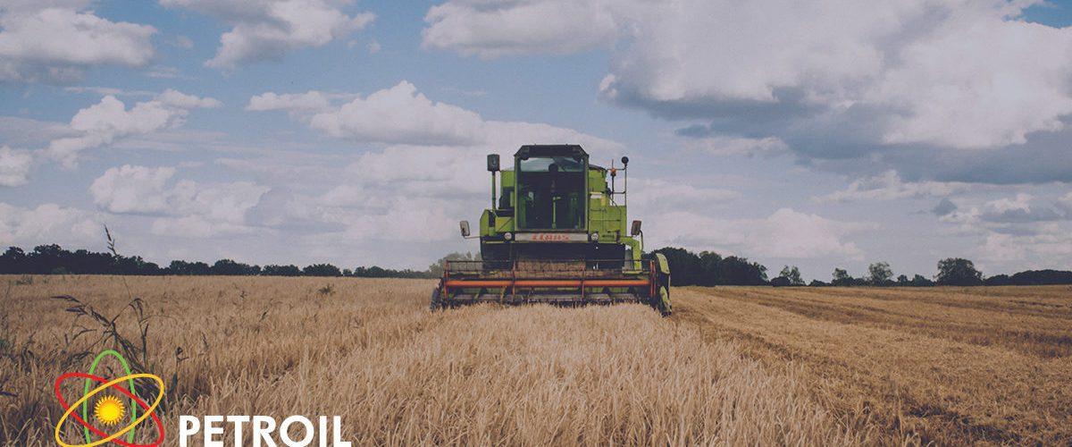 Αγροτικό μηχάνημα που θερίζει χωράφι με σιτάρι