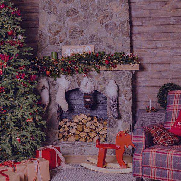 Παραδοσιακό σπίτι με τζάκι στολισμένο για τα Χριστούγεννα